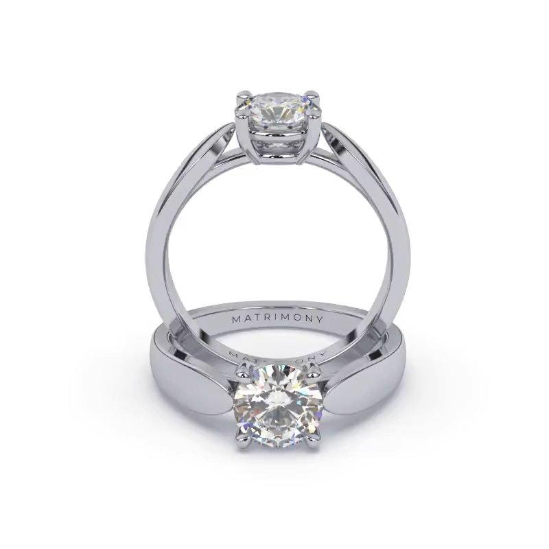 Disfruta la elegancia de este anillo de compromiso con un diamante redondo. Este modelo se encuentra disponible con piedras de zirconia y diamante y en oro de 9k, 14k, 18k ó platino.