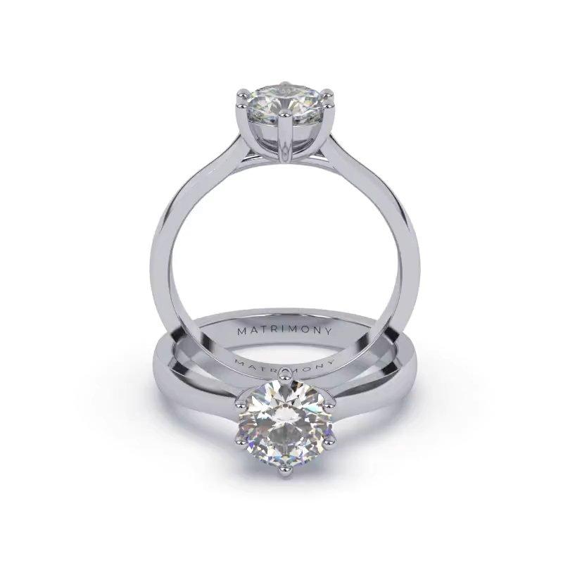 Disfruta la elegancia de este anillo de compromiso con un diamante redondo. Este modelo se encuentra disponible con piedras de zirconia ó diamante y en oro de 9k, 14k, 18k ó platino.
