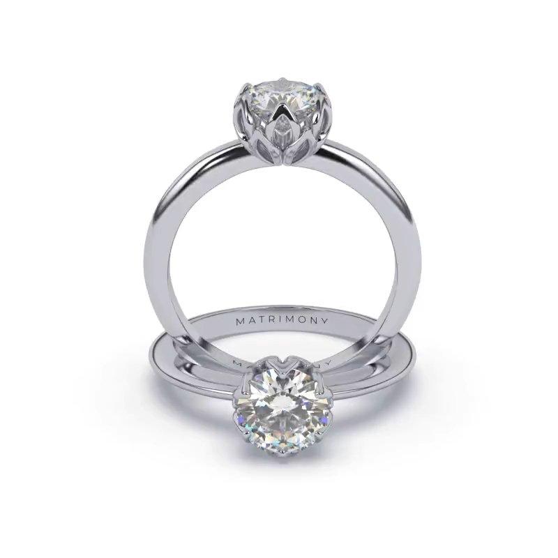 Hermoso anillo de compromiso solitario con diamante redondo. Este modelo se encuentra disponible con piedras de zirconia o diamante, además de poderse crear con oro de 9k, 14k, 18k y platino.