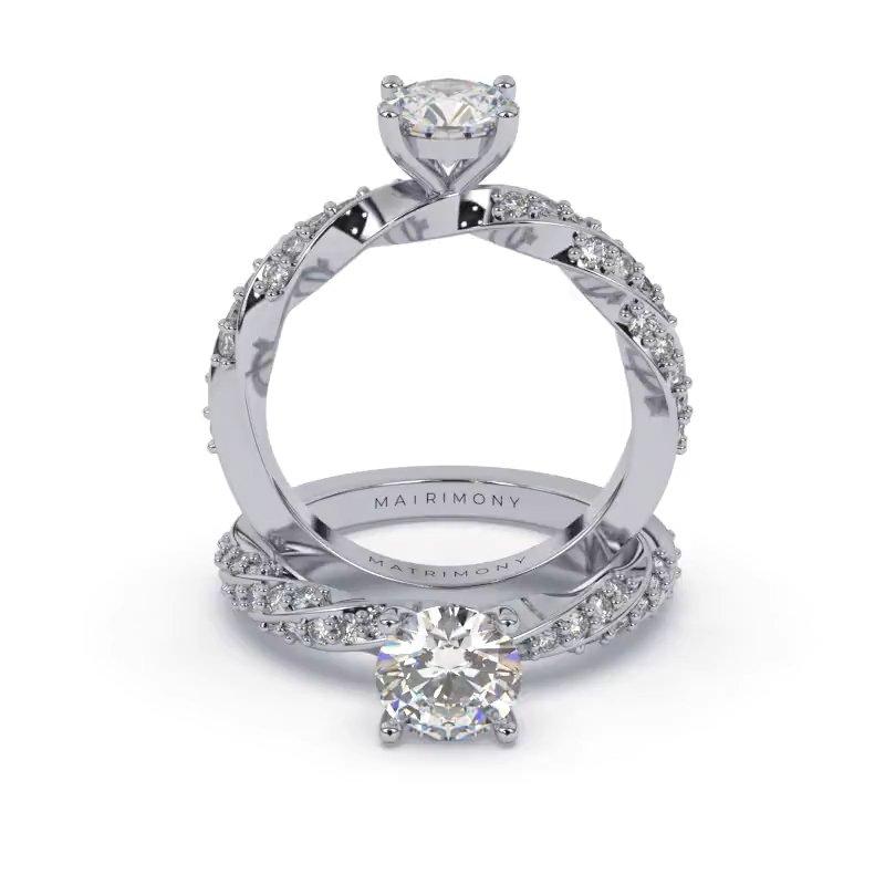 Hermoso anillo de compromiso torsal con piedras laterales y diamante redondo. Este modelo se encuentra disponible con piedras de zirconia o diamante, además de poderse crear con oro de 9k, 14k, 18k y platino.