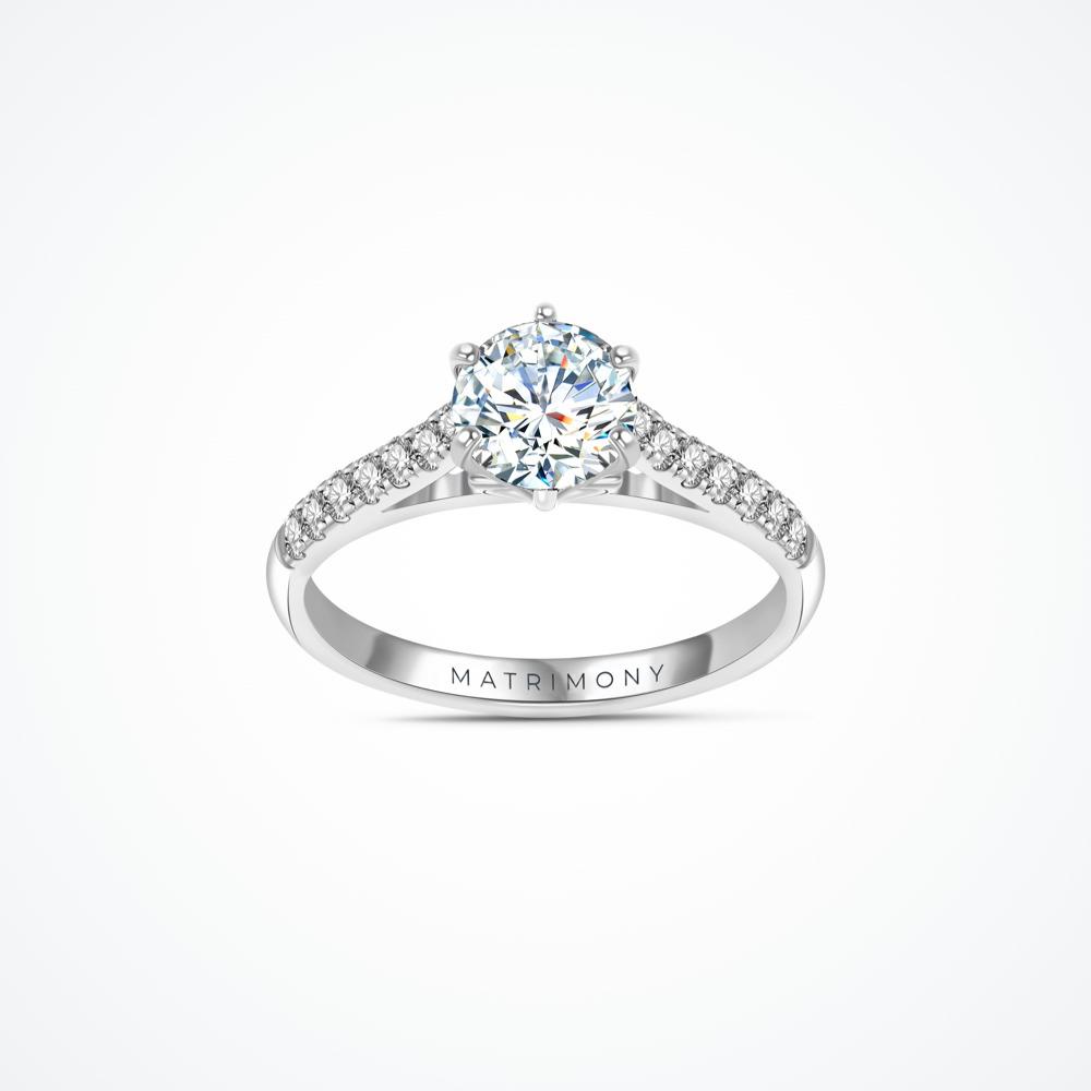 Anillo de compromiso con diamante central y piedras laterales con detalle de de corazón