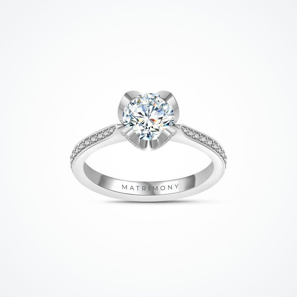 Anillo de compromiso con diamante central y piedras laterales con uñas en forma de hoja